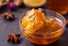 在蜂蜜的健康蜂窝 免版税库存照片