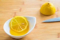 在蜂蜜的柠檬切片 免版税库存照片