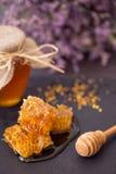 在蜂蜜的蜂窝在桌上 免版税库存图片