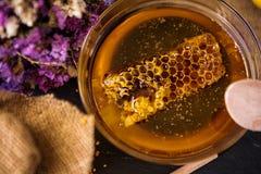 在蜂蜜的蜂窝 免版税库存图片