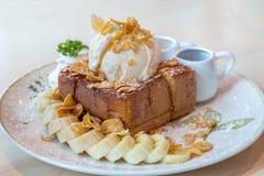 在蜂蜜的香草冰淇淋敬酒了面包用香蕉 库存图片