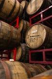 在蜂蜜酒啤酒厂的桶在城市 图库摄影