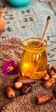 在蜂蜜玻璃瓶子的生来有福 图库摄影