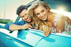 在蜜月期间的笑的年轻夫妇 免版税库存照片