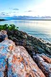 在蜜月湾Kaumburu的红色ocre岩石 免版税库存照片