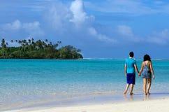 在蜜月的夫妇在拉罗通加库克群岛 库存照片