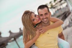 在蜜月的愉快的肩扛夫妇 免版税库存照片