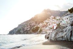在蜜月的愉快的年轻夫妇在波西塔诺,阿马尔菲海岸,意大利 免版税库存照片