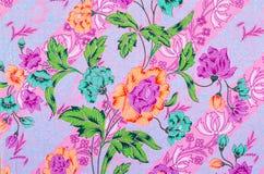 在蜡染布的抽象明亮的纺织品 免版税图库摄影