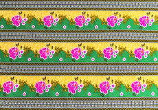在蜡染布的美好的桃红色花纹花样 图库摄影