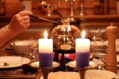 在蜡烛光的涮制菜肴设置 免版税库存照片