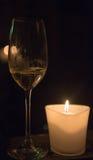在蜡烛光的香宾 库存图片