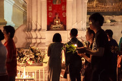 在蜡烛现有量附近被点燃的寺庙结构 库存图片