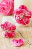 在蜡烛的手工制造钩针编织桃红色花 库存图片