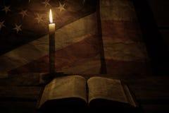 在蜡烛附近的老美国旗子 免版税库存照片