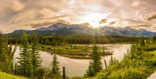 在蜿蜒的日出在加拿大人罗基斯的河弓 库存图片