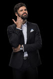 在蝶形领结和黑衣服的英俊的有胡子的商人 免版税图库摄影