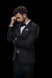 在蝶形领结和黑衣服的英俊的有胡子的翻倒商人 免版税图库摄影