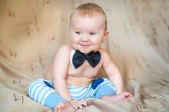 在蝶形领结微笑的孩子 免版税库存照片