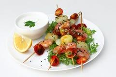 在融合样式的鲜美快餐:虾、土豆和蕃茄在碗 免版税库存图片