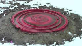 在融雪天气的桃红色舱口盖 股票录像