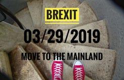 在螺旋形楼梯的红色运动鞋,当连同下坡题字用英语Brexit和03/29/2019和移动大陆, i时 免版税库存照片