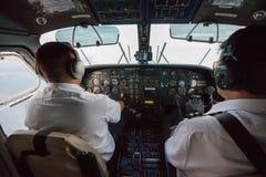 在螺旋桨推进式飞机里面的两名飞行员 免版税库存图片