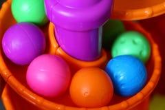 在螺旋轨道的玩具球 免版税图库摄影