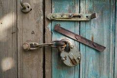 在螺栓,老被毁坏的板的挂锁 生锈的挂锁 中断象查找的热绘削皮s舒展 免版税库存图片