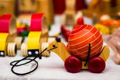 在螺纹将扯拽的轮子的葡萄酒五颜六色的老木乌龟草龟玩具 库存照片