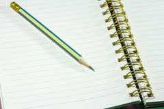 在螺纹笔记本的铅笔日志的 库存图片