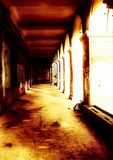 在蠕动的照明设备的阴险被放弃的大厦 免版税库存照片