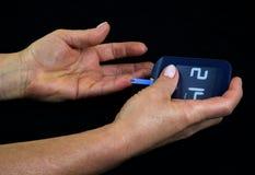 在血液的测量的葡萄糖水平 免版税库存图片