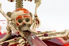 在血液的静物画骨骼与在白色背景的刀子 免版税库存图片