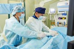 在血管手术操作的外科医生队 库存图片