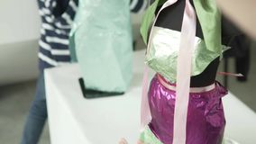 在行业城市kidburg大师的孩子在时装模特穿戴 股票录像