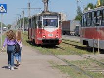 在行人交叉路的两辆电车 免版税库存图片