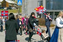 在行军期间的孩子在五颜六色的挪威服装 免版税图库摄影