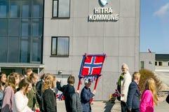在行军期间的孩子在五颜六色的挪威服装 免版税库存图片