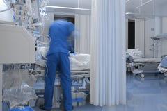 在行动弄脏的工作的男性医生 库存图片