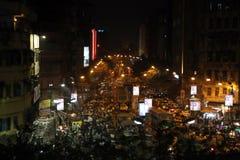 在行动弄脏的黑暗的城市交通在加尔各答拥挤街道上的晚上  图库摄影