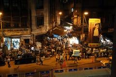在行动弄脏的黑暗的城市交通在拥挤街道上的晚上在kolkata 免版税图库摄影