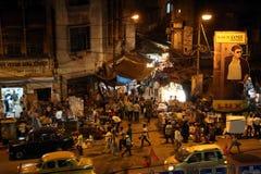 在行动弄脏的黑暗的城市交通在拥挤街道上的晚上在kolkata 免版税库存图片
