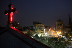 在行动弄脏的黑暗的城市交通在拥挤街道上的晚上在kolkata 库存照片