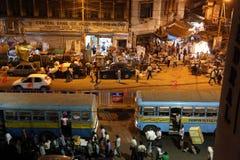 在行动弄脏的黑暗的城市交通在拥挤街道上的晚上在kolkata 库存图片