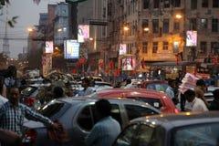 在行动弄脏的黑暗的城市交通在拥挤街道上的晚上在kolkata 免版税库存照片