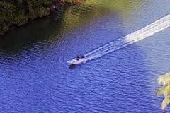 在行动的一艘汽艇在河在迈阿密海滩,佛罗里达 免版税库存图片