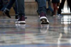 在行动的人的腿在画廊在米兰 库存照片