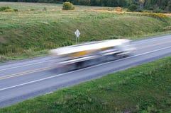 在行动的公共汽车在一条主要公路 免版税库存图片