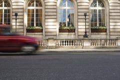 在行动的出租汽车在伦敦 库存图片